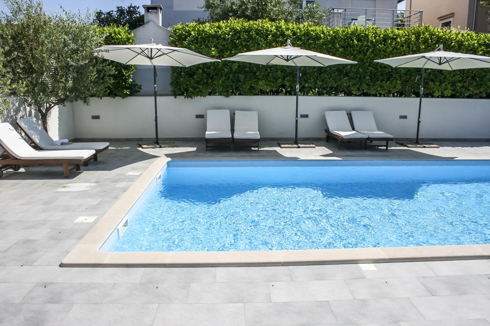Luxus ferienhaus futura in zadar diklo pool for Schwimmpool garten